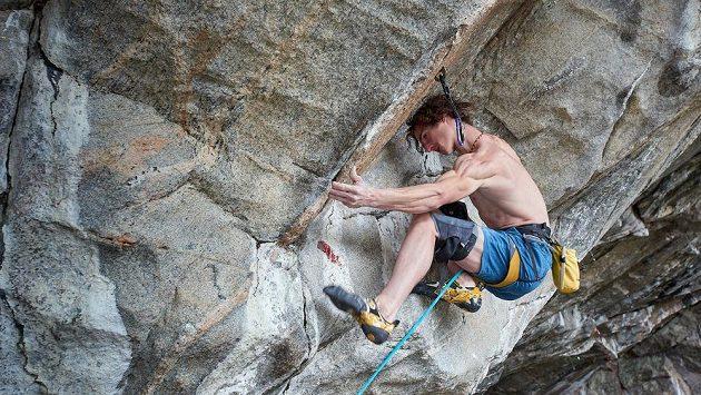 Adam Ondra v delikátní pozici v cestě Project Hard.