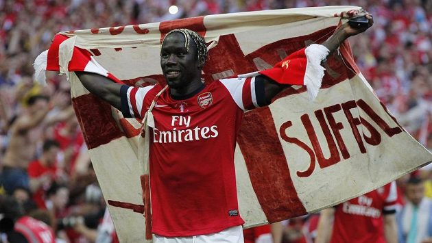 Obránce Bacary Sagna ještě v dresu Arsenalu po triumfu ve finále Anglického poháru