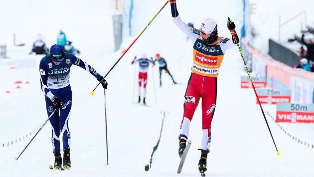 Norský sdruženář Jarl Magnus Riiber (vpravo) vítězí v domácím podniku SP v Oslu. Vlevo těsně druhý Fin Ilka Herola.