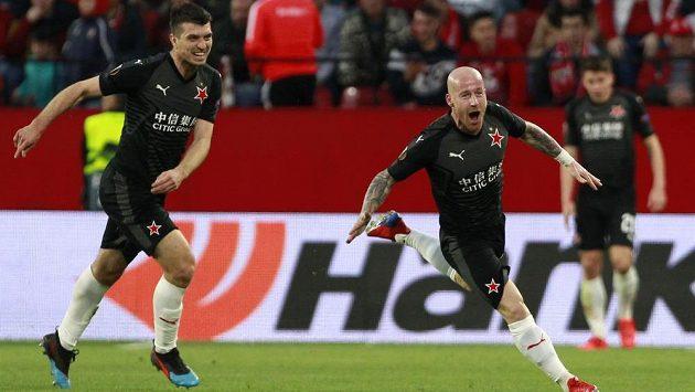 Slavista Miroslav Stoch (vpravo) slaví gól proti Seville v Evropské lize.