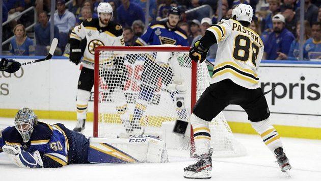 Český útočník Bostonu David Pastrňák střílí gól do sítě St. Louis ve finále Stanley Cupu.