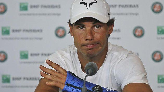 Španěl Rafael Nadal na tiskové konferenci v Paříži, kde oznámil odstoupení z turnaje kvůli zraněnému zápěstí.