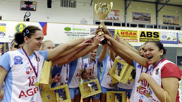 Volejbalistky Prostějova se radují s trofejí z vítězství ve finále Českého poháru.
