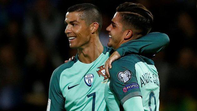 Portugalský útočník André Silva (vpravo) v reprezentačním dresu a Cristiano Ronaldo při utkání s Lotyšskem