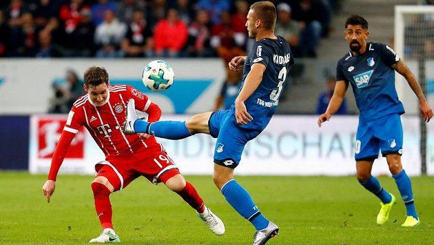 BČeský zadák Hoffenheimu Pavel Kadeřábek (uprostřed) bojuje o míč se Sebastianem Rudym z Bayernu.