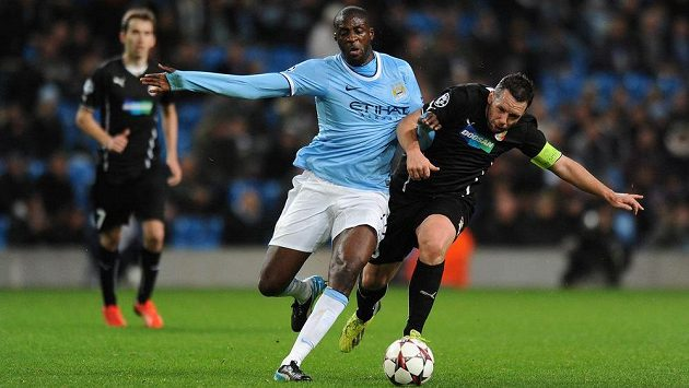 Záložník Manchesteru City Yaya Touré (v modrém dresu)na archivním snímku v souboji s plzeňským kapitánem Pavlem Horváthem v utkání Ligy mistrů.