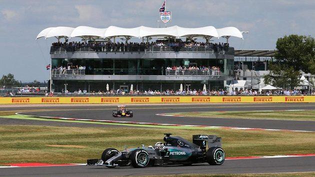Britský jezdec Lewis Hamilton (vpředu) ze stáje Mercedes si poosmé v sezóně vyjel pole position.
