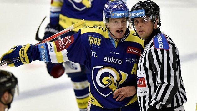 Hokejisté Zlína díky skvěle zvládnuté koncovce na domácím ledě vyhráli nad Libercem 3:2 v prodloužení. Na ilustračním snímku diskutuje Pavel Kubiš ze Zlína s rozhodčím.