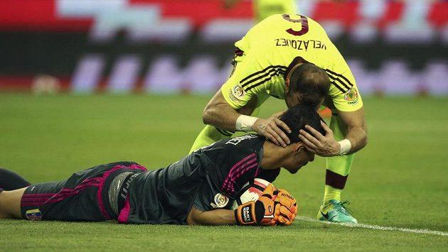 Obránce venezuelské reprezentace José Manuel Velázquez chválí brankáře Daniho Hernándeze za zákrok v utkání proti Mexiku.