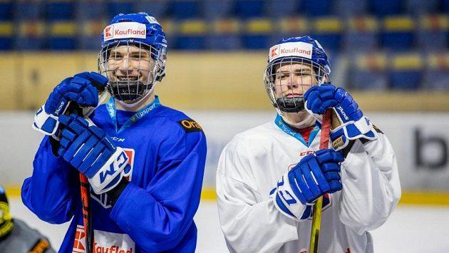 Sedmáctiletí hokejisté (zleva) Juraj Slafkovský a Šimon Nemec se zabydlují ve slovenském reprezentačním áčku.