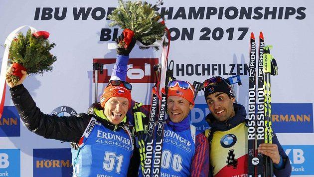 Nejlepší trio z vytrvalostního závodu mužů na mistrovství světa v biatlonu v Hochfilzenu. Zleva stříbrný Čech Ondřej Moravec, zlatý Lowell Bailey z USA a bronzový Martin Fourcade z Francie, který bral bronz
