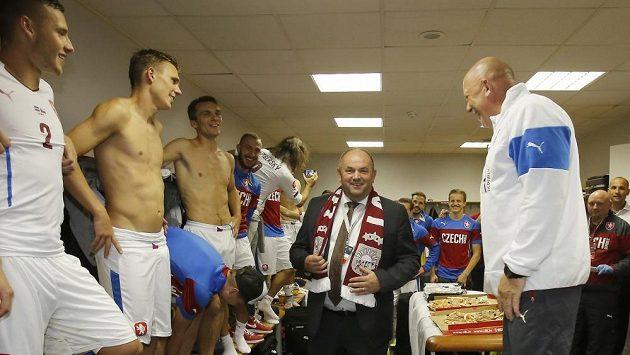 Předseda FAČR Miroslav Pelta (uprostřed) během postupových oslav.