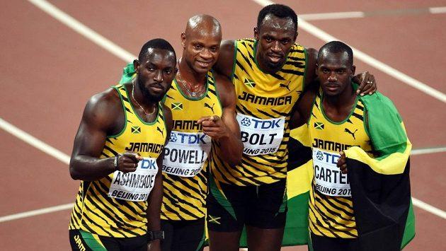 Jamajský tým ve složení zleva Nickel Ashmeade, Asafa Powell, Usain Bolt a Nesta Carter na snímku z Pekingu 2015.
