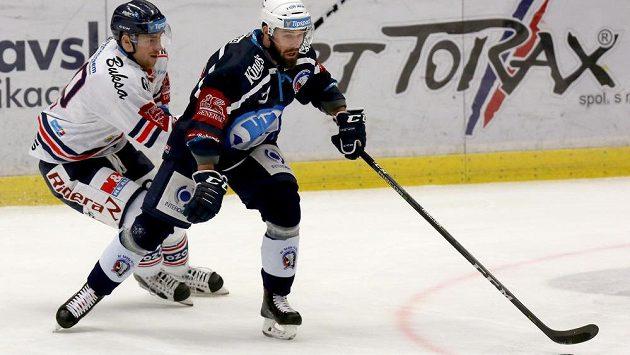 Vítkovický hokejista Jakub Lev se snaží během extraligového utkání zastavit Milana Gulaše z Plzně.