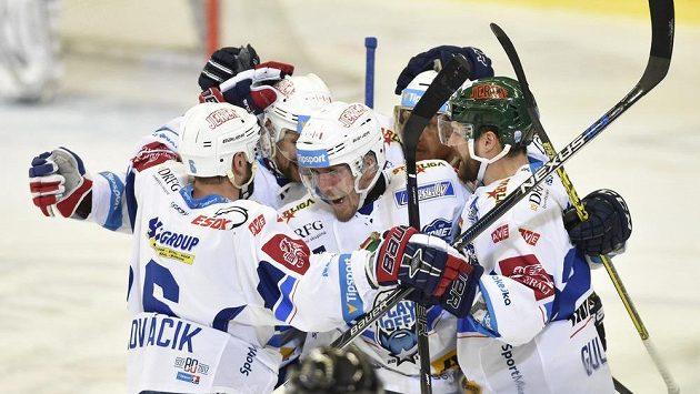 Hráči Brna se radují z gólu proti Liberci, uprostřed jeho autor Marek Kvapil.