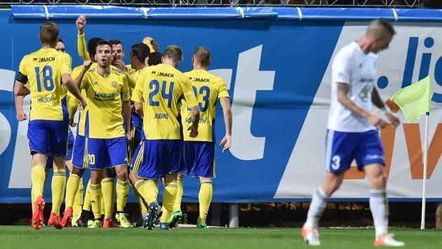 Fotbalisté Zlína se radují z gólu v Mladé Boleslavi.