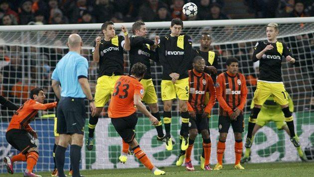 Dario Srna (s číslem 33) střílí vedoucí gól Šachtaru Doněck proti Borussii Dortmund.