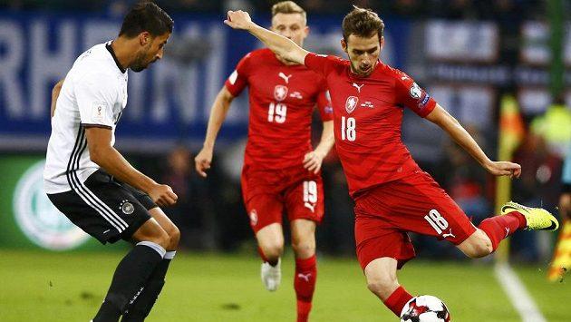Tomáš Hořava se v utkání s Němci pokoušel centrovat přes Samiho Khediru.