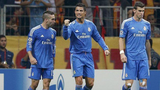Kdo stál víc? Vše nasvědčuje tomu, že Cristiano Ronaldo (uprostřed) zůstane nejdražším fotbalistou planety a jeho spoluhráč z Realu Madrid Gareth Bale (vpravo) se musí spokojit s druhým místem.