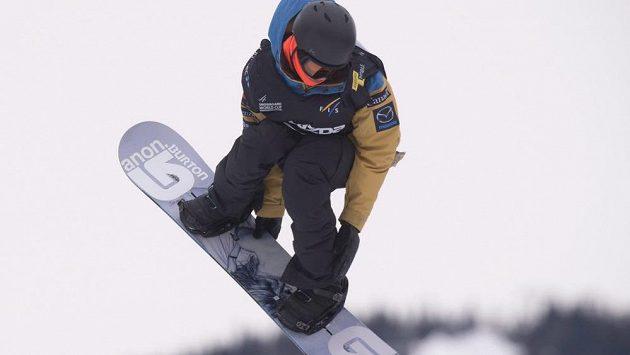 Na ilustračním snímku kanadský snowboardista Michael Ciccarelli v disciplíně slopestyle