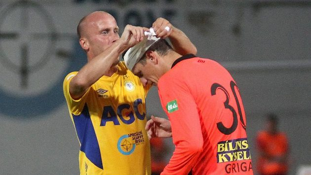 Teplický hráč Ivo Táborský upravuje obvaz brankáři Tomáši Grigarovi v utkání s Plzní.