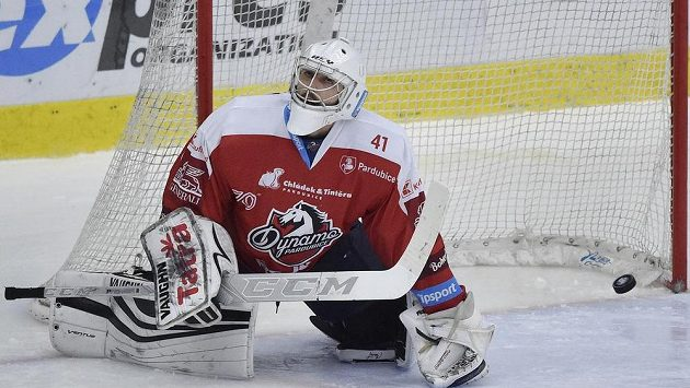 Brankář Pardubic Pavel Kantor po rozhodujícím gólu v samostatných nájezdech.