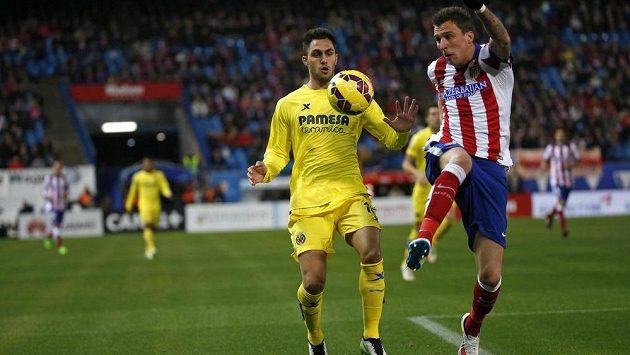 Útočník Atlétika Mario Mandžukič a Victor Ruiz z Villarealu v utkání 15. kola Španělské ligy.