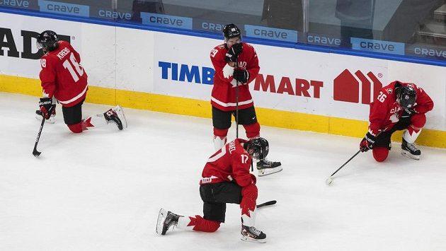Zklamaní hokejisté Kanady po finále MS.
