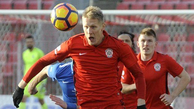 Brněnský Michal Škoda si zpracovává míč v zápase s Libercem.