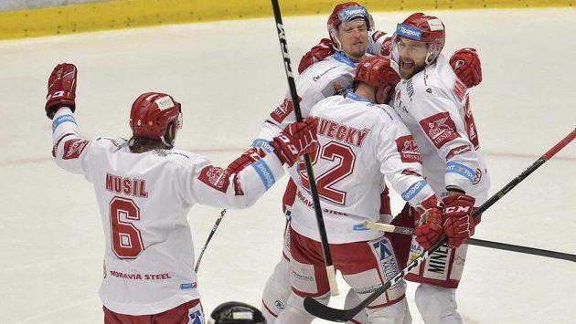 Hokejisté Třince se radují z prvního gólu, který vstřelil Vladimír Dravecký (druhý zprava).