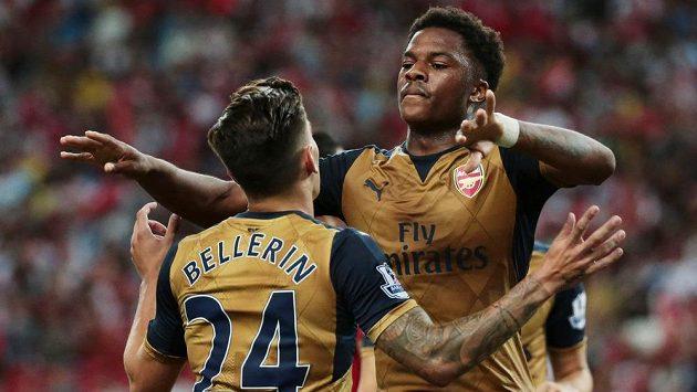 Fotbalisté Arsenalu Chuba Akpom a Hector Bellerin (vlevo) slaví gól proti Singapuru.