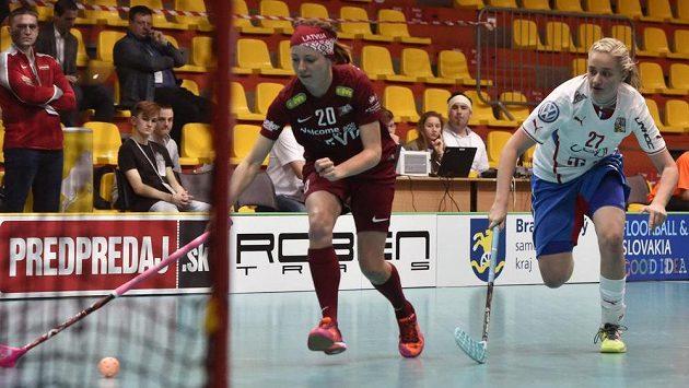Gundega Vancaneová (vlevo) z Lotyšska a česká florbalistka Nela Kapcová.
