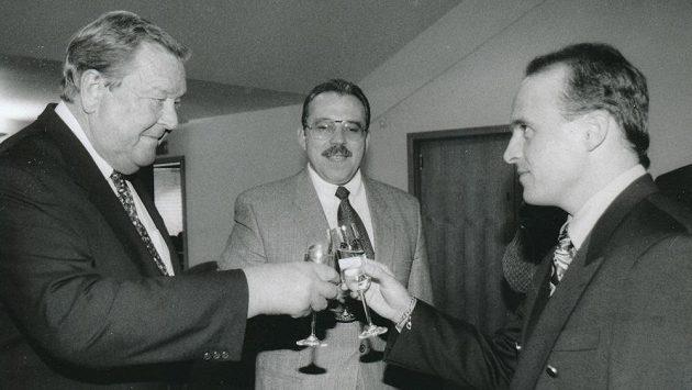 Lennart Johansson (vlevo) na archivním snímku s Františkem Chvalovským (uprostřed) a Petrem Machem