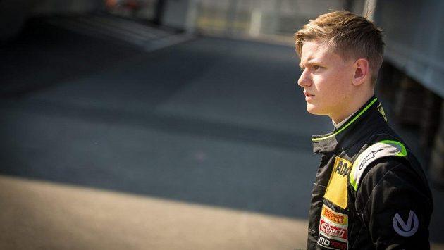 Šestnáctiletý pilot formule 4 Mick Schumacher.