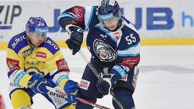 Martin Ševc (vpravo) z Liberce a Pavel Sedláček ze Zlína v utkání 3. kola extraligy.