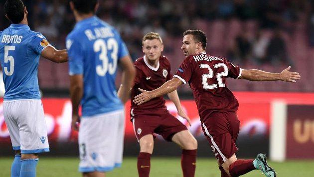Josef Hušbauer ze Sparty Praha oslavuje svůj gól v Neapoli.
