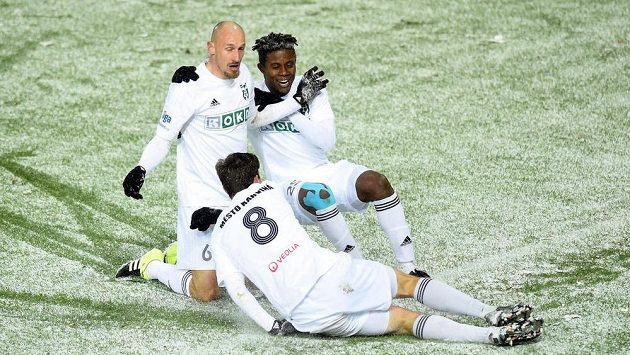 Marek Janečka z Karviné (vlevo) se raduje se spoluhráči z gólu proti Dukle.