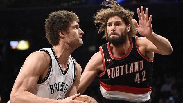 Basketbalista Brooklynu Brook Lopez (vlevo) a Robin Lopez z Portlandu v zápase NBA.