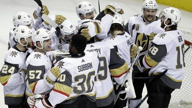 Hokejisté Vegas Golden Knights slaví postup do finále Západní konference NHL.