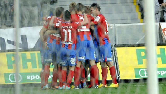 Fotbalisté Plzně se radují z branky proti Olomouci.