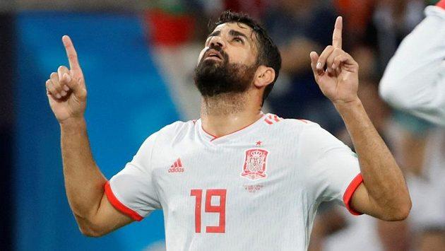 Španělský fotbalista Diego Costa slaví gól v síti Portugalska.