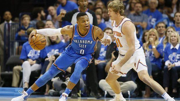 Hvězdného Russella Westbrooka (vlevo) z Oklahomy brání Ron Baker z New York Knicks.