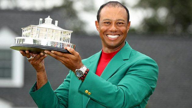 Tradiční zelené sako a trofej - Tiger Woods popáté vyhrál slavné Masters v Augustě.