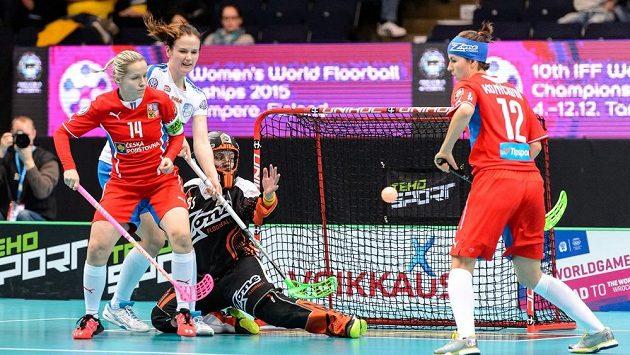 Denisa Billá (vlevo) a Hana Koníčková hájí prostor před brankářkou Lenkou Kubíčkovou.
