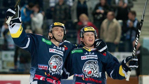 Hokejisté Liberce Martin Čakajík (vpravo) se spoluhráčem Jaroslavem Kudrnou slaví vítězství.