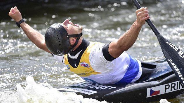 Vít Přindiš oslavuje triumf v závodu SP ve vodním slalomu v Troji.