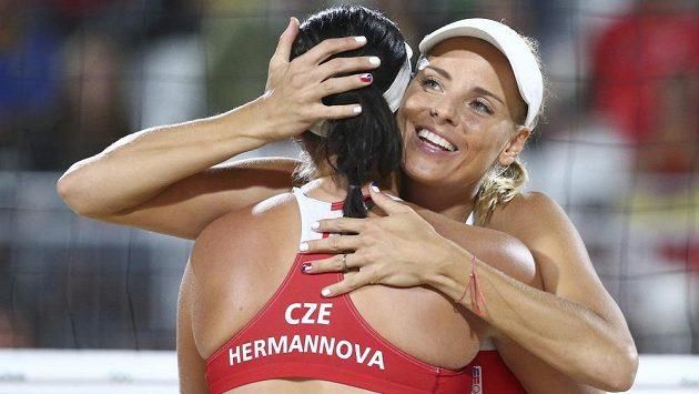 Porazí Markéta Sluková s Barborou Hermannovou (zády) argentinské soupeřky?