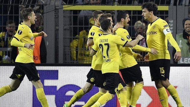 Fotbalisté Dortmundu slaví gól - ilustrační foto.