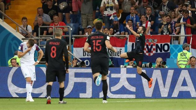 Milan Badelj (vpravo) skáče radostí, Chorvatsko vede nad Islandem.