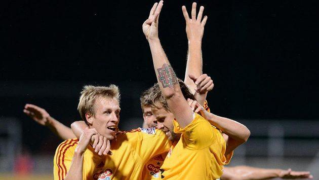 Zbyněk Pospěch z Dukly (vpravo) se se spoluhráči raduje ze čtvrtého gólu v síti Olomouce. Podobnou radost by chtěl prožívat i proti Slavii.
